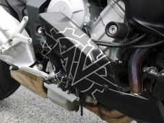 ブルターレ800のアンダーカウルにMVロゴのステッカー。自作だそうですがカッコイイですね。