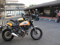 試乗車とアエラ号(デモバイク)どちらもアエラパーツをふんだんに装着。会場でスクランブラーオーナー様に見ていただけますように!