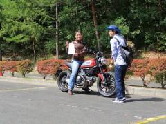 スクランブラーオーナー様を対象に、バイクブロス様の取材がありました^^ 素敵な笑顔いただきました!