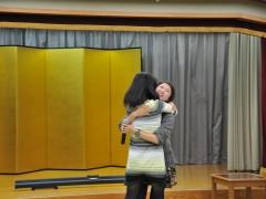 見事、勝ち抜いたのは佐藤様。あまりのうれしさにイズちゃんに抱きつきます(笑)