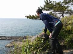 写真ではわかりづらいですが、崖です。
