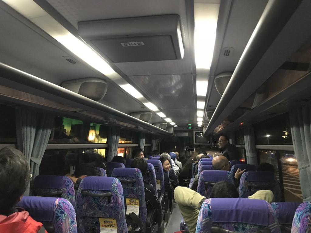 2次会へはバスをチャーター